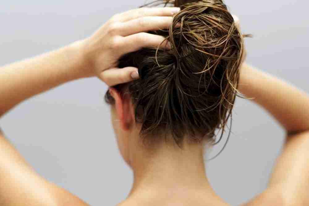 cronograma capilar mulher hidratando o cabelo